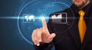 Бизнесмен отжимая высокотехнологичный тип самомоднейших кнопок Стоковое Изображение