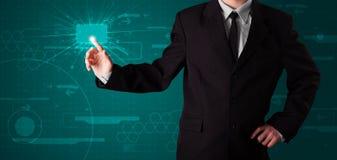 Бизнесмен отжимая высокотехнологичный тип самомоднейших кнопок Стоковые Фото