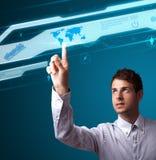 Бизнесмен отжимая высокотехнологичный тип современных кнопок Стоковые Изображения