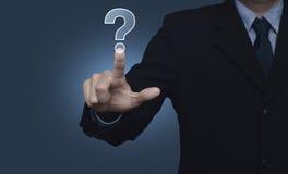 Бизнесмен отжимая значок знака вопросительного знака над голубым backgroun Стоковые Изображения