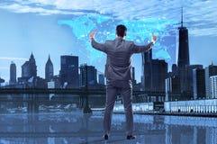Бизнесмен отжимая кнопки в социальной концепции средств массовой информации Стоковое Изображение