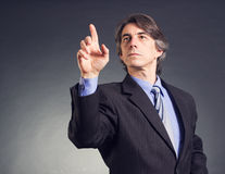 Бизнесмен отжимая кнопку Стоковые Изображения RF