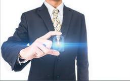 Бизнесмен отжимая концепцию интернета и сети кнопки безопасностью Стоковая Фотография