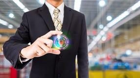 Бизнесмен отжимая концепцию интернета и сети кнопки безопасностью Стоковые Фото