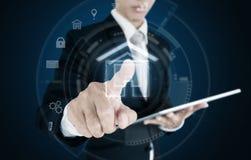 Бизнесмен отжимая на виртуальном домашнем значке Умные дом, здания и концепция дела недвижимости Стоковые Фото