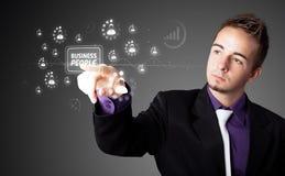 Бизнесмен отжимая самомоднейший тип дела кнопок Стоковые Изображения RF