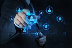 Бизнесмен отжимая современные социальные кнопки на виртуальном Стоковая Фотография RF