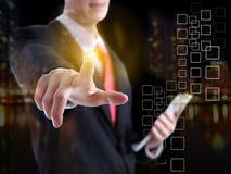 Бизнесмен отжимая современные социальные кнопки на виртуальном backgrou Стоковая Фотография RF