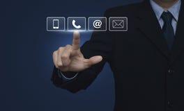 Бизнесмен отжимая butto телефона, мобильного телефона, на и электронной почты стоковое фото