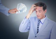 Бизнесмен отказывая деньги против предпосылки военно-морского флота Стоковое Изображение RF