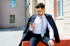 Бизнесмен отправляет СМС Стоковое фото RF