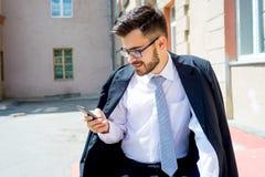 Бизнесмен отправляет СМС Стоковое Изображение RF