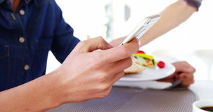 Бизнесмен отправляя СМС и ждать его обед
