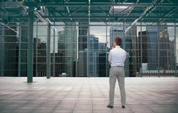 Бизнесмен от задней части над конструкцией города Стоковое Изображение RF