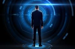 Бизнесмен от задней части с виртуальной проекцией Стоковые Фото