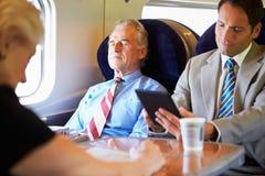 Бизнесмен отдыхая на поездке на поезде Стоковая Фотография