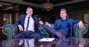Бизнесмен парня приносит успешный контракт и начинает радоваться с успехом делового партнера Шикарный офис сток-видео