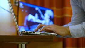 Бизнесмен перегружая компьтер-книжку клавиатуры ночи печатая сток-видео