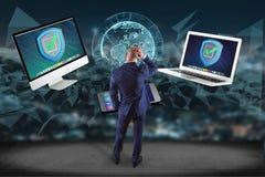 Бизнесмен перед стеной с символом экрана безопасностью сверх Стоковое Изображение RF