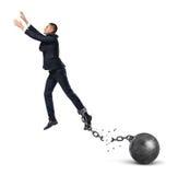 Бизнесмен перескакивая далеко от прикрепленного железного шарика с сломленной цепью Стоковое Изображение RF
