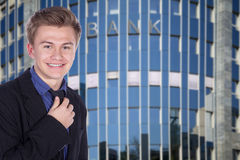 Бизнесмен перед зданием Стоковая Фотография RF