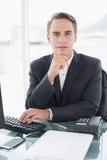 Бизнесмен перед компьютером на столе офиса Стоковые Фото