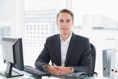 Бизнесмен перед компьютером на столе офиса Стоковое фото RF