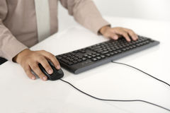 Бизнесмен печатая с клавиатурой Стоковая Фотография