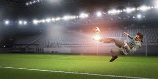 Бизнесмен пиная шарик Мультимедиа Стоковая Фотография RF