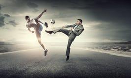 Бизнесмен пиная шарик Стоковое Фото