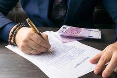 Бизнесмен писать договор на таблице и работая на документах в офисе, концепции дела стоковая фотография
