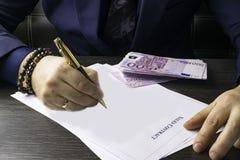 Бизнесмен писать договор на таблице и работая на документах в офисе, концепции дела стоковые изображения rf