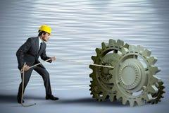 Бизнесмен поворачивая систему шестерни Стоковая Фотография