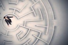Бизнесмен поглощенный в круговом лабиринте Стоковые Изображения