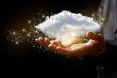 Бизнесмен поддерживает руки облака данных Стоковое Фото