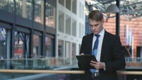 Бизнесмен подписывает документы сток-видео