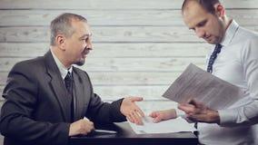 Бизнесмен подписывает документ акции видеоматериалы
