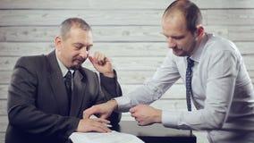 Бизнесмен подписывает документ сток-видео
