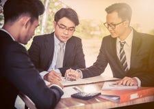 Бизнесмен, подписывает контракт и капиталовложения предприятий Стоковые Изображения