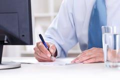 Бизнесмен подписывая подряд Стоковое Изображение RF