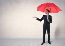 Бизнесмен под зонтиком в комнате Стоковые Изображения RF