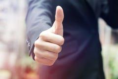 бизнесмен показывает большой пец руки вверх Стоковое Изображение