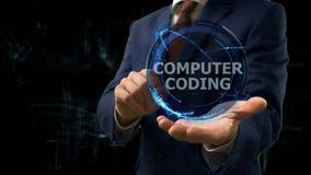 Бизнесмен показывает кодирвоание компьютера hologram концепции на его руке стоковая фотография rf