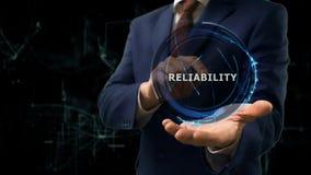 Бизнесмен показывает надежность hologram концепции к онлайн интернета на его руке стоковые фотографии rf
