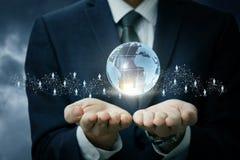 Бизнесмен показывает на ладонях глобальной вычислительной сети Стоковое фото RF