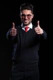 Бизнесмен показывает оба большого пальца руки вверх Стоковые Фото