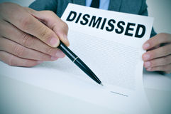 Бизнесмен показывает документ при уволенный текст стоковые фото