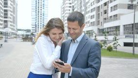 Бизнесмен показывает фото по телефону к его коллеге видеоматериал