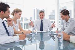 Бизнесмен показывать во время встречи Стоковое фото RF