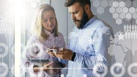 Бизнесмен показывая бизнес-леди информацию на экране smartphone цифровая женщина таблетки удерживания Стоковые Фотографии RF